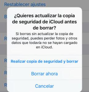 """Modal para restablecer un iPhone a sus valores de fábrica con las opciones """"Realizar copia de seguridad y borrar"""" y """"Borrar ahora""""."""
