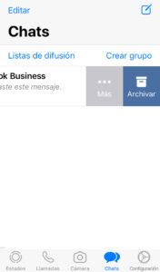 """Lista de chats de WhatsApp en donde se puede observar que se ha deslizado un chat de Facebook Business hacia la izquierda, y que ha aparecido una opción llamada """"Archivar""""."""