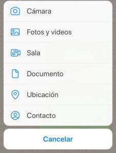 """Modal de WhatsApp que aparece cuando un usuario toca en el icono del """"+"""" o del clip del teclado virtual. Se observa la opción """"Ubicación""""."""