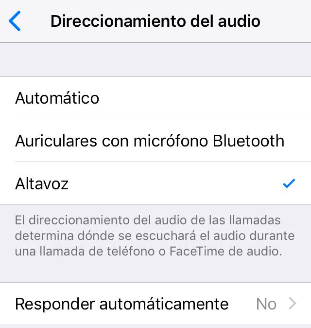 Menú de configuración de un iPhone mostrando que todas las llamadas se reproducirán en el altavoz del móvil.