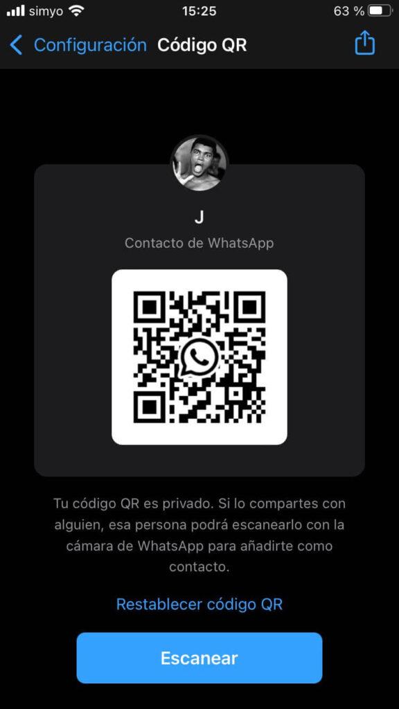 """Asistente de códigos QR de WhatsApp, el cual muestra el código QR de un usuario (censurado en la imagen), un botón con el símbolo de compartir, y un botón que dice """"Escanear""""."""