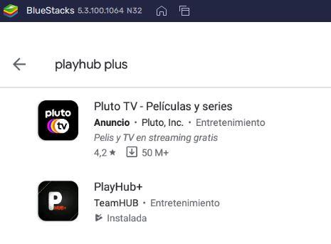 "Google Play Store en el emulador de Bluestacks mostrando la app de PlayHub Plus. Se observa que el nombre del desarrollador de la app es ""TeamHUB""."